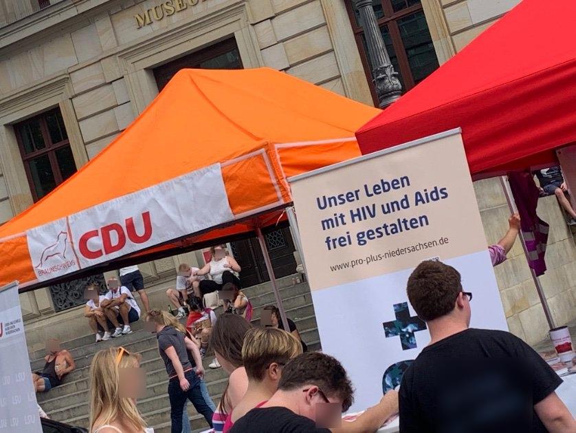CDU-Stand neben HIV-Stand